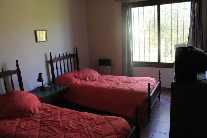 Dormitorio con 2 camas individuales, y ropero