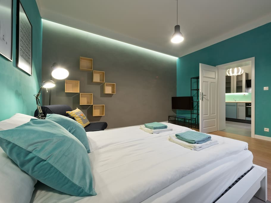 Fisrt bedroom with double bed.