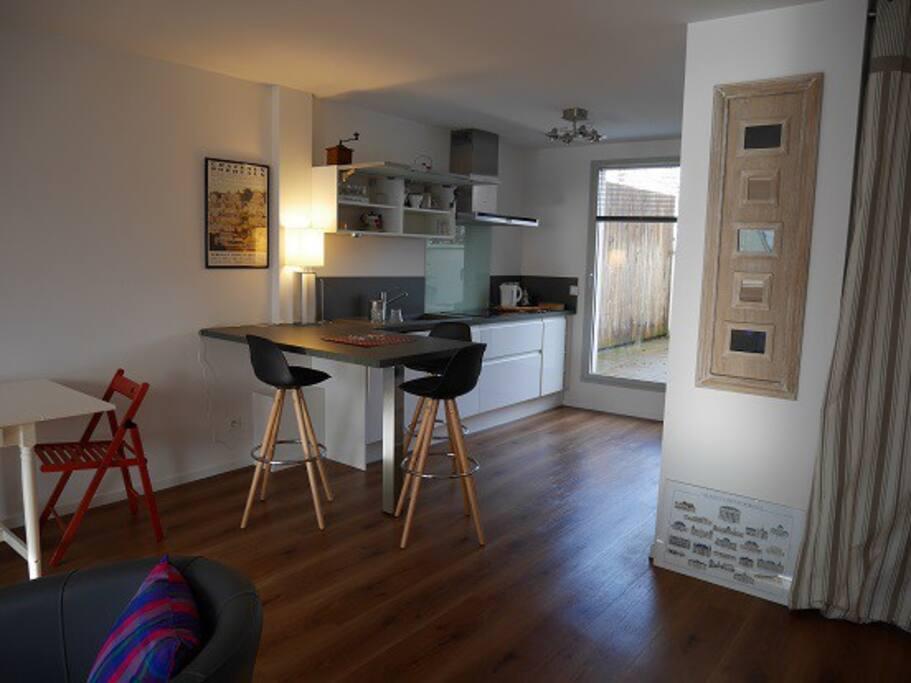 cuisine fonctionnelle, toute équipée avec salle de séjour.