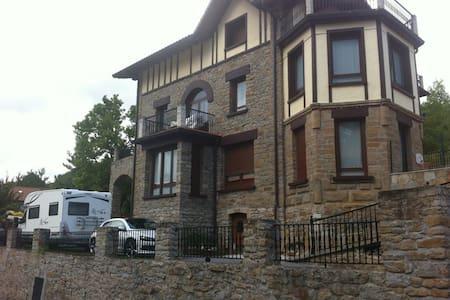 Habitación en casa de piedra. - Zegama - Hus