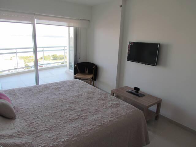 Dormitorio principal en suite con balcón al mar y aire acondicionado.