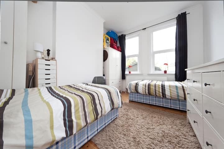 2 twin beds in dble rm, Catford, UK