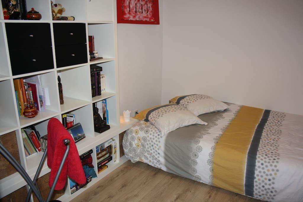 Chambre avec un canapé lit 140x200