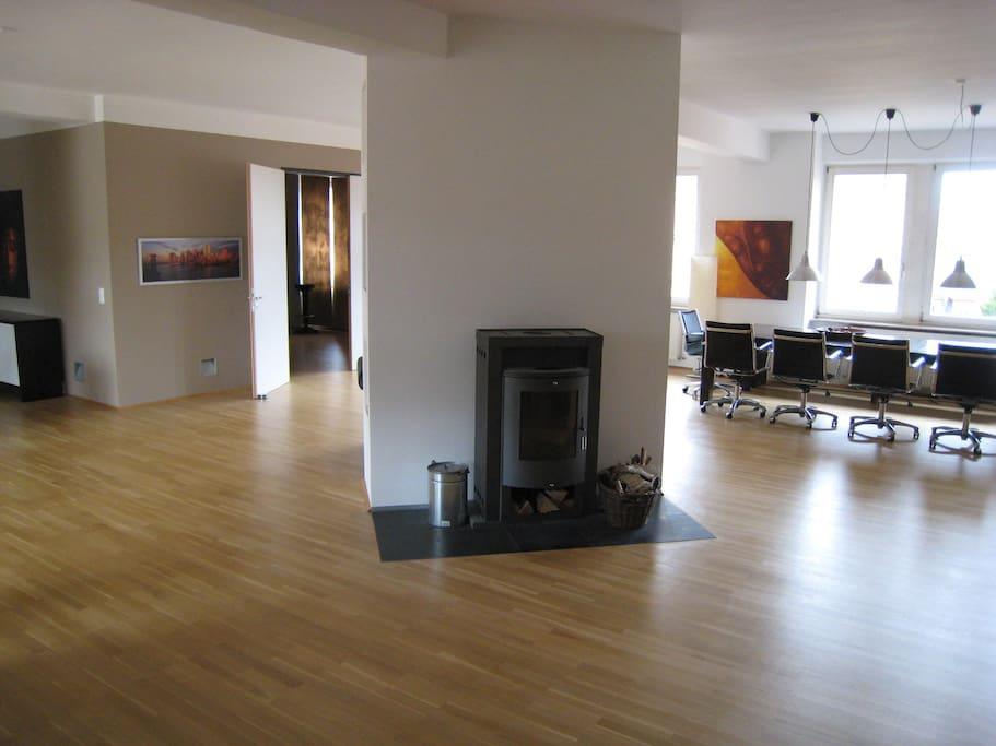Wohnraum mit langer Tafel, bestuhlt für ca. 10 Personen.
