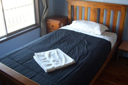 A King Single Bed Room