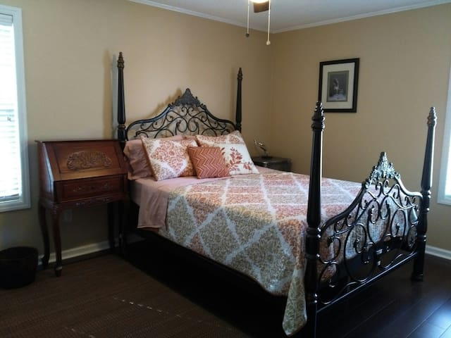 Private room in Myrtle Beach Cottage, Queen bed