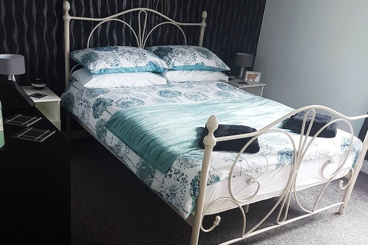 Lovely & Comfortable Double Bedroom in Family Home