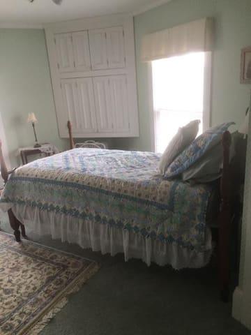 The Runaway Manor Knights Room - Glover - Bed & Breakfast