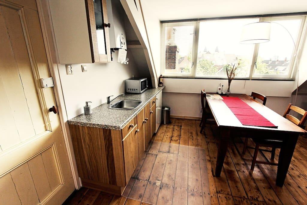 In de keuken bevindt zich alle benodigdheden zoals borden pannen, een koelkast, magnetron/oven, waterkoker, en een Dolce /koffieapp.