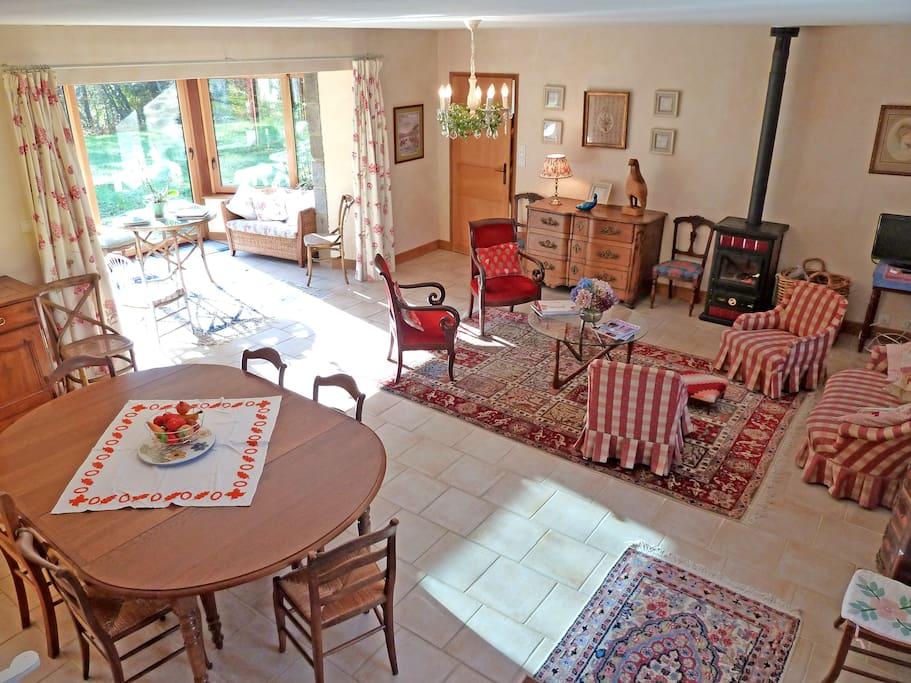 très grande pièce à vivre, pleine de lumière, décoration soignée
