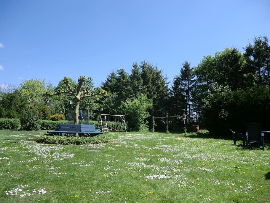 Grote tuin voor gasten met speel mogelijkheden voor kinderen