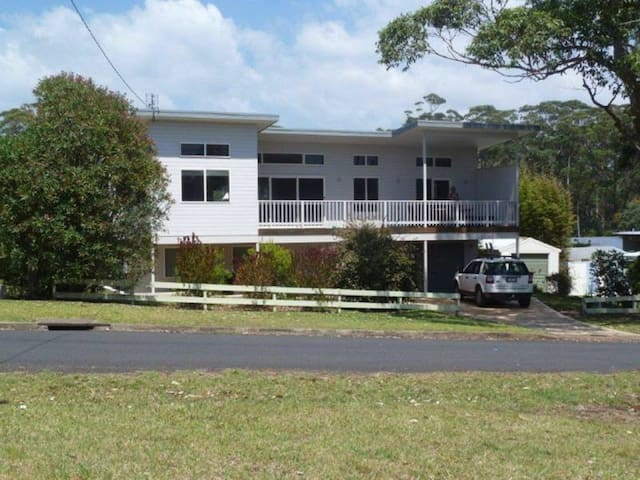'Andagen' a spacious Bendalong holiday  home directly across from Washerwomans beach reserve