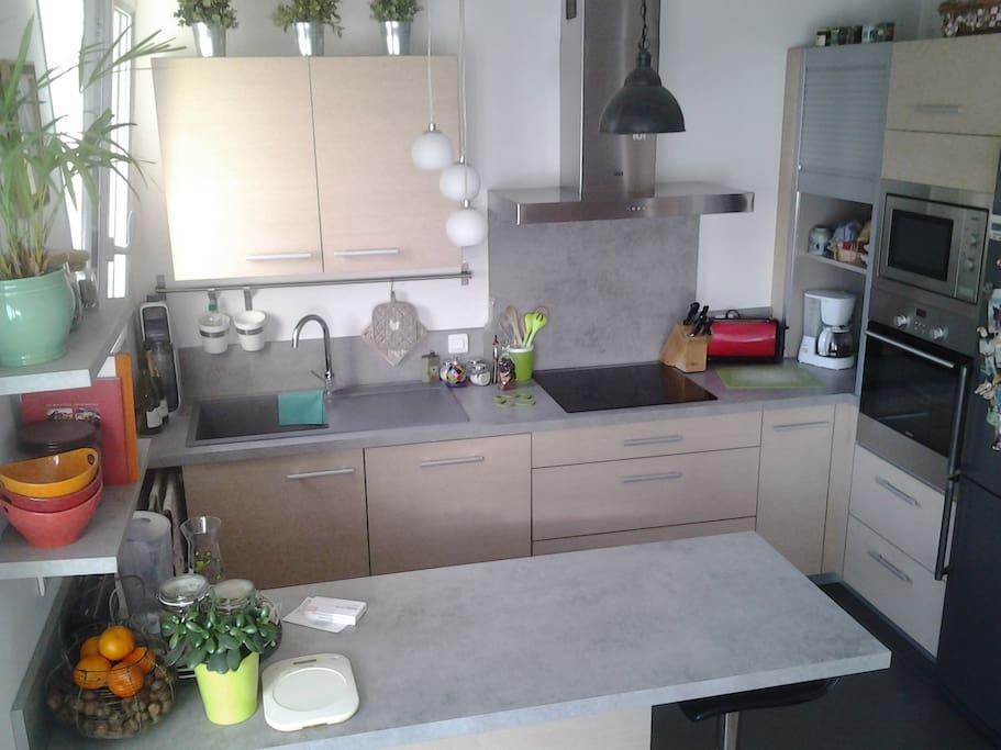 Cuisine ouverte entièrement équipée. Four, micro-ondes, lave vaisselle, cafetière, bouilloire, grille pain