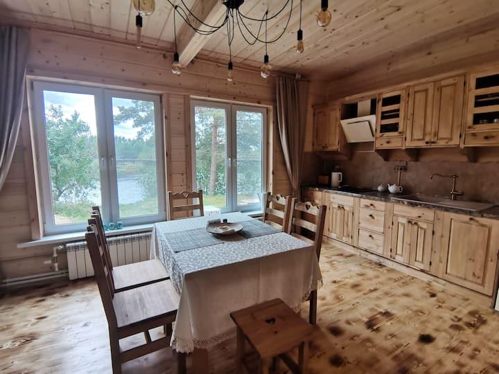 Синий дом на берегу реки Медведица