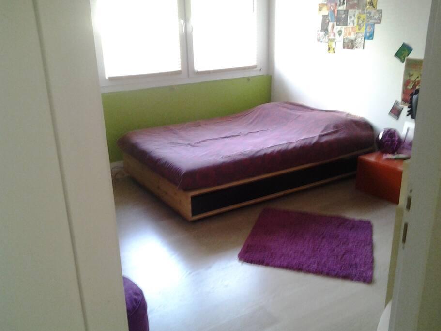 Grande chambre lit 140cm avec bureau et armoire dressing .