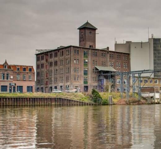 Tramkade, voormalig fabrieksterrein, broad daylight