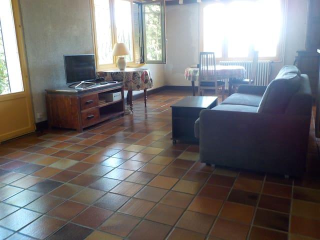 Grand studio 60 m2 indépendant dans une maison