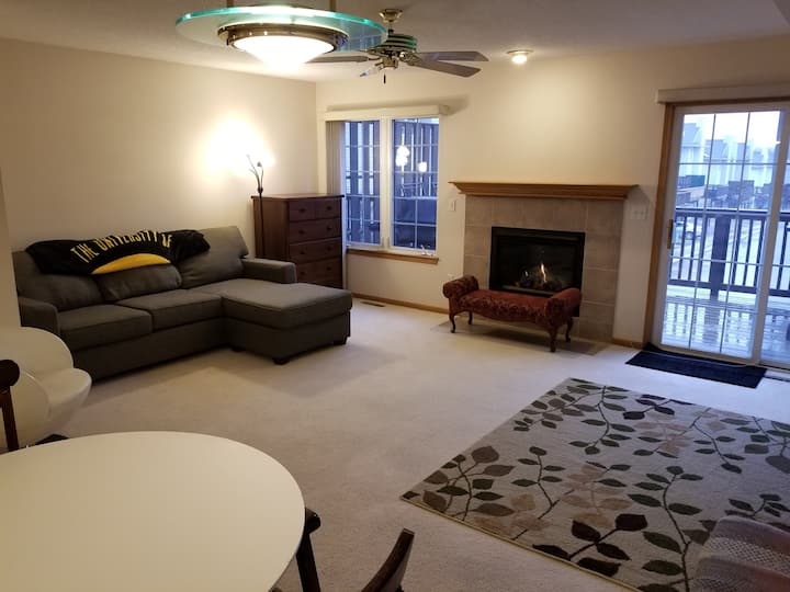 Spacious Condo 10 minutes to UI Hospitals/Campus