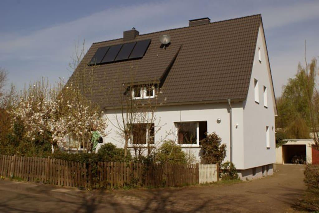 lichtdurchflutete ferienwohnung in bielefeld brake h user zur miete in bielefeld nordrhein. Black Bedroom Furniture Sets. Home Design Ideas
