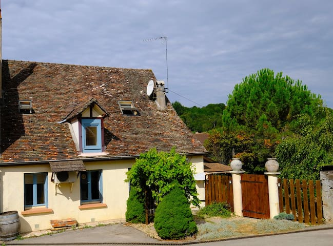 The cottage can't be seen from the road, the entrance is through a courtyard shared with the wine grower.