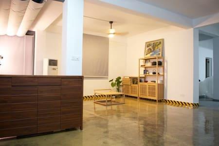 独立院落loft别墅,一层为设计摄影工作室,市中心近电子科技大学。 - 中山
