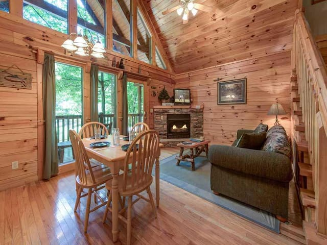 Beyond the Pond, 1 Bedroom, Pool Access, Hot Tub, Pool Table, Sleeps 4 - Cabin