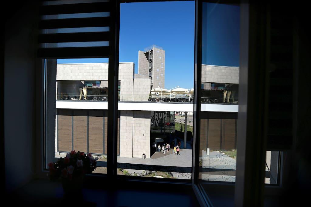 вид из окна на летнюю террасу ТРЦ Форум Львов