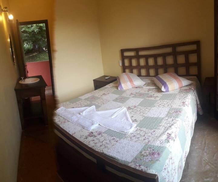suite azul   frigo, tv, ventilador e varanda