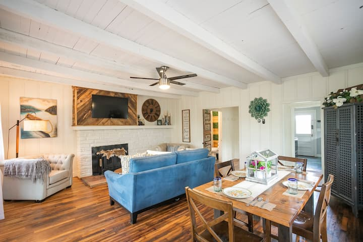 Cozy River Retreat w/Private Beach 20 min from city! WiFi, AC, Parking, TV, Linens