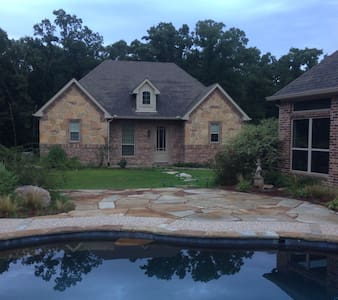 Beautiful guest house on wooded lot
