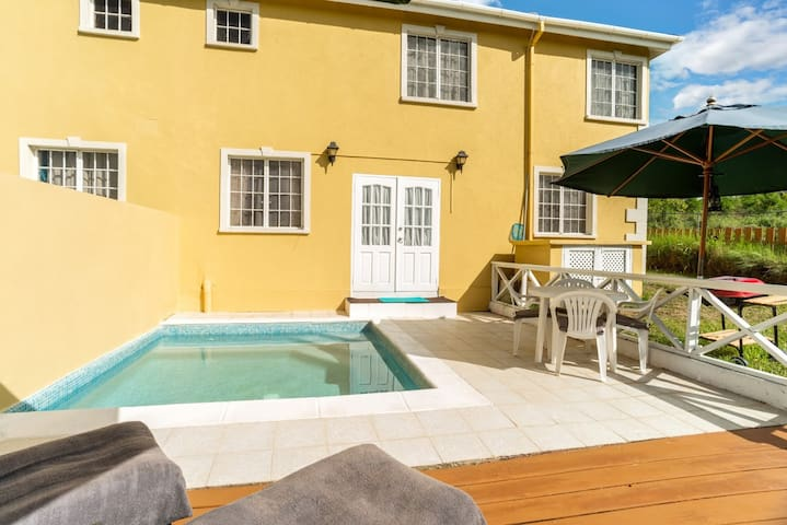 2 Bedroom TownHouse with Pool/Wifi & A/C