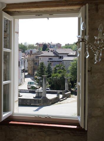 Blick auf den historischen Platz mit der Zisterne
