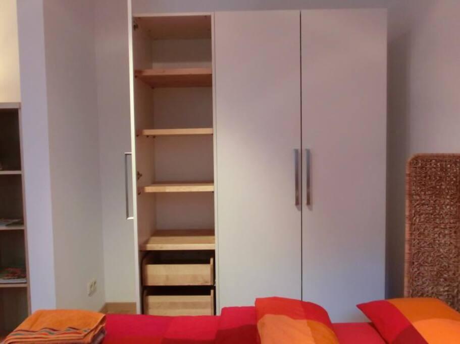 Der Kleiderschrank ist innen mit Massivholz ausgestattet