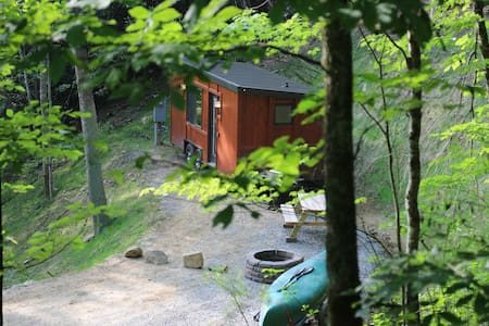 Little Red: A RomanticTiny Home w/Fire Pit+Grill