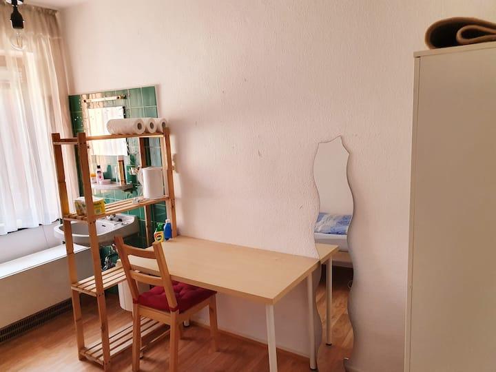 Möbiliertes Zimmer mit Küche im Zentrum nur weibl.