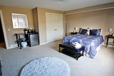 Large Qn Bedroom w/private bathroom - Lake Country