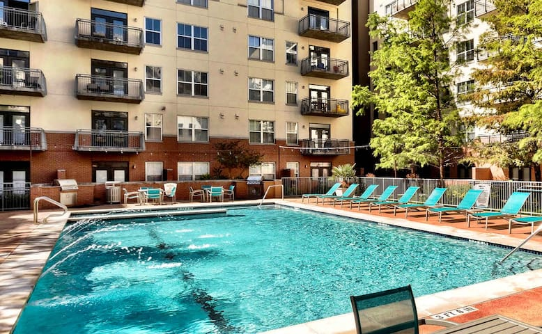 Stay Downtown | Austin | 2BR with Free Parking, Pool and Patio