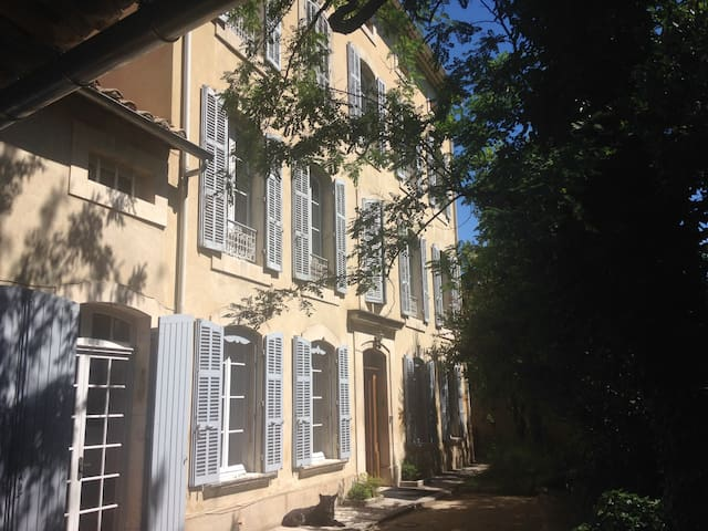 Beautiful 3 bedroom gite in a old townhouse, 6 p