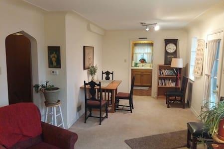 Sunny Apartment - South Denver - Appartement
