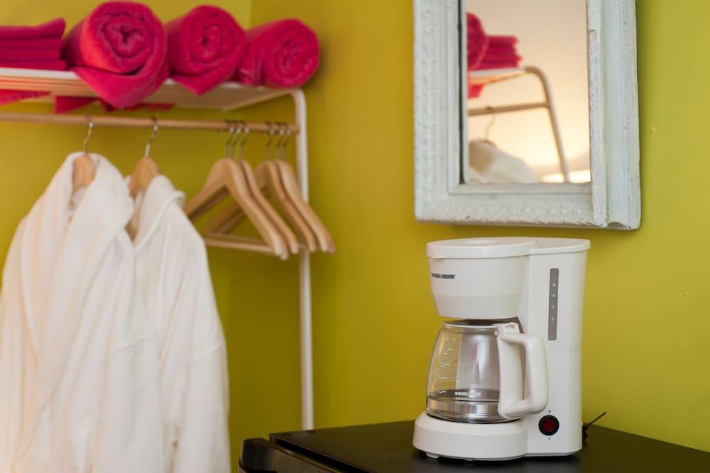 Two new bathrobes; towels and wash cloths; coffee & tea  makers.   兩件全新的浴袍;毛巾和浴巾;咖啡機和茶壺。