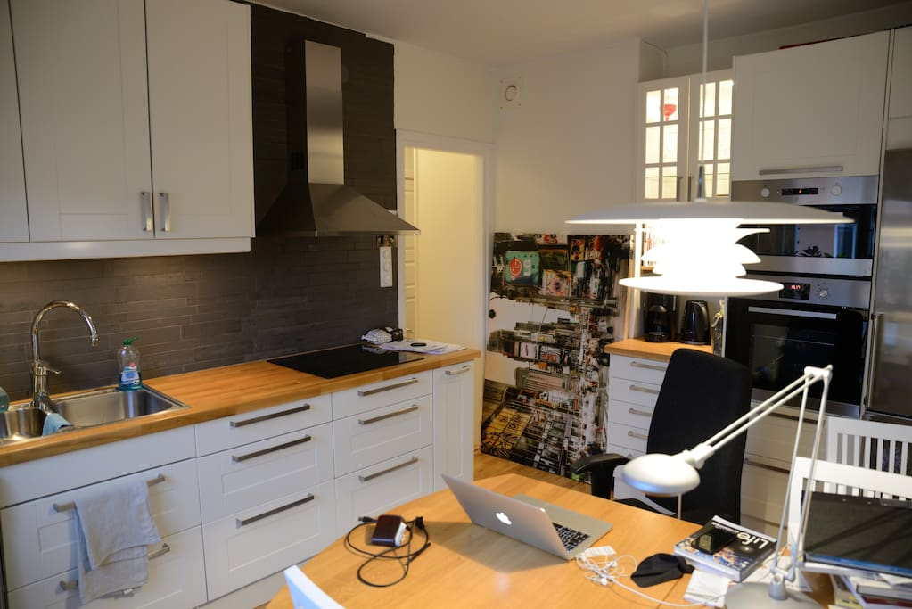 Modern fully equipped kitchen with room for 5 persons sitting.