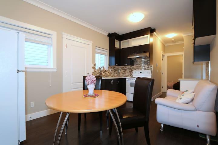 Ground Floor 1 BDRM Apartment Suite - Richmond - Casa