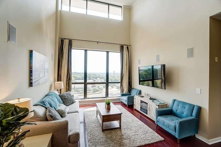Newly Listed! Luxury Uptown Penthouse - Rooftop Terrace - Garage Parking - Amazing City View