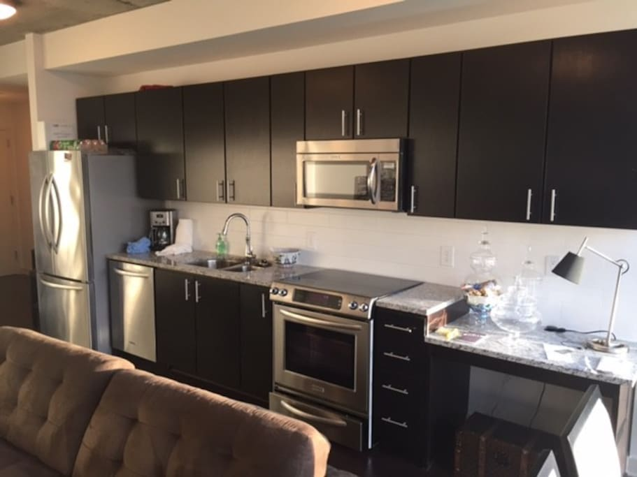 Luxury unit with private balcony, 1 Queen bed + 1 sofa + 1 blowup (check out building amenities including multiple rooftops, pools, grills & gym) can walk to everything in the heart of River Oaks & Galleria/Post Oak!