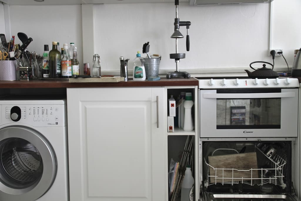 Yes we have a dishwasher, washingmachine and tons of different oliveoils, fishsauces and so on - feel free to use it;)