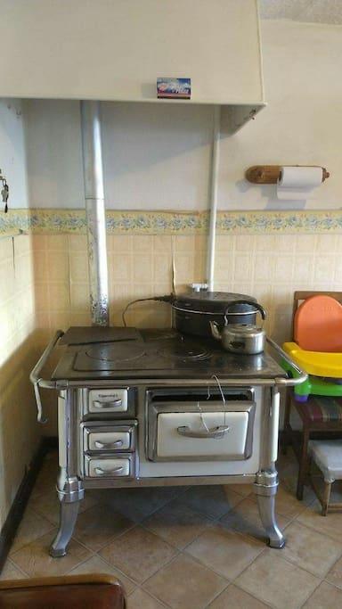 Cocina magallánica ,antiguamente se usaba a carbon y leña,hoy está adaptada a gas y calefacciona toda la casa y se mantiene siempre la tetera con agua hervida.