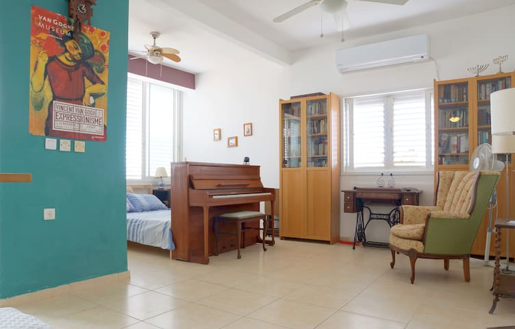 Light and Roomy Studio Apartment - Rehovot - Wohnung