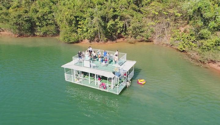 flutuante/ catamarã/ embarcação no lago corumbá IV