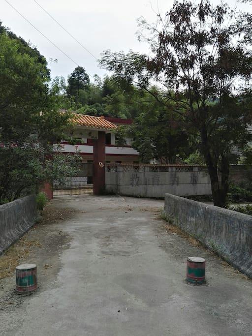 民宿是由一间停办的小学教工宿舍改造而成。