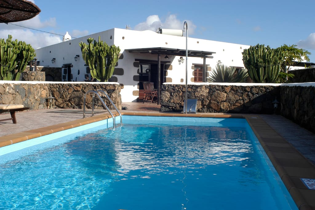 Lanzarote casa con piscina privada y barbacoa case in for Aparthotel con piscina privada